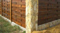 забор из кирпича и дерева