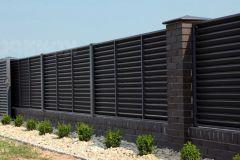 Жалюзийный забор кирпичными столбами