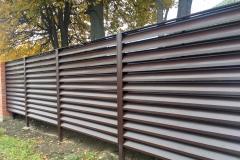 Жалюзийный забор с металлическими столбами без фундамента