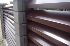 Жалюзийные заборы с бетонными блоками