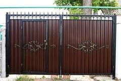 Распашные ворота из профнастила с элементами ковки